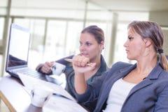 2 девушки работая на компьтер-книжке Стоковая Фотография RF