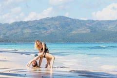 2 девушки работая на пляже Стоковая Фотография