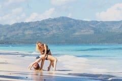 2 девушки работая на пляже Стоковое Фото