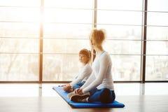 2 девушки различных времен делая йогу Стоковые Изображения