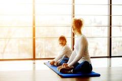 2 девушки различных времен делая йогу Стоковые Фотографии RF
