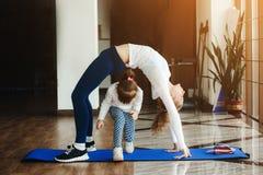 2 девушки различных времен делая йогу Стоковые Фото