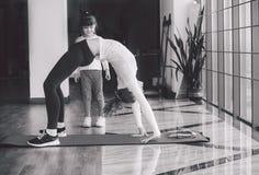2 девушки различных времен делая йогу Стоковое Фото