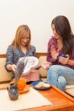 2 девушки раскрывая настоящий момент Стоковое Изображение