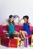 2 девушки рассматривают и показывают приобретения одина другого Стоковые Изображения RF
