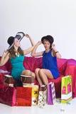 2 девушки рассматривают и показывают приобретения одина другого Стоковые Изображения