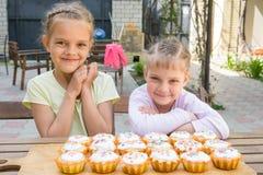 2 девушки радуются свеже испеченные пирожные Стоковое Изображение