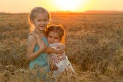 2 девушки ребенка на поле захода солнца Стоковое Фото
