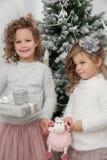 2 девушки ребенка с подарками, рождественской елкой Стоковое Фото