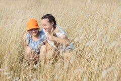 2 девушки ребенк имея потеху на поле Стоковые Изображения RF