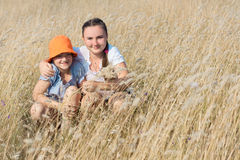 2 девушки ребенк на поле Стоковое Изображение