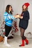2 девушки друзей дают настоящий момент Стоковая Фотография