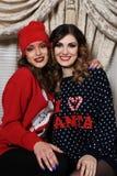 2 девушки друзей в свитерах Стоковое Изображение RF