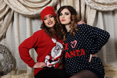 2 девушки друзей в свитерах Стоковая Фотография RF