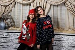 2 девушки друзей в свитерах Стоковое Изображение