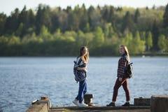 2 девушки друзей предназначенных для подростков тратят время совместно на пристани Стоковые Фото