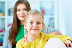3 девушки семьи кресла камеры смотрящ сидеть re портрета мати померанцовый их там Мать, улыбка дочери…, счастье и надежда девушка Стоковая Фотография RF