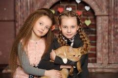 2 девушки сестры с котом Стоковые Изображения RF