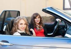 2 девушки сидят в автомобиле с откидным верхом Стоковое Фото