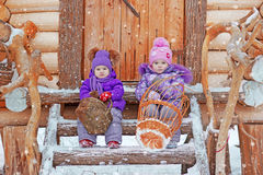2 девушки сидят на шагах в зиму Стоковое фото RF