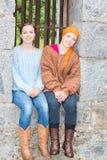 2 девушки сидя в каменном окне Стоковое Изображение