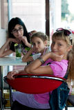 3 девушки сидя в кафе Стоковое Фото