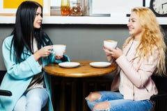2 девушки сидя в кафе Стоковые Фотографии RF