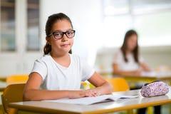 2 девушки сидя в классе школы Стоковая Фотография RF
