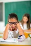 2 девушки сидя в классе школы Стоковое Изображение RF