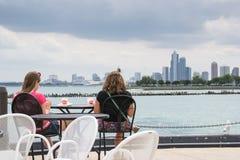 2 девушки сидя на баре Стоковая Фотография