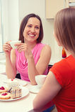 Девушки сидя на кухне и говорить Стоковые Изображения RF