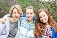 3 девушки сидя совместно Стоковое Изображение RF