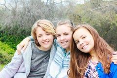3 девушки сидя совместно Стоковые Изображения RF