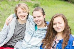 3 девушки сидя совместно Стоковые Изображения