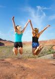 2 девушки скача для утехи в пустыне Стоковое Изображение RF