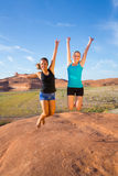 2 девушки скача для утехи в пустыне Стоковое фото RF