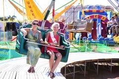 девушки скачут на привлекательность вращения в парке атракционов Москве, России Стоковое фото RF