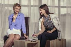 2 девушки смеясь над эскизами притяжки Стоковые Фотографии RF