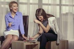 2 девушки смеясь над эскизами притяжки Стоковые Изображения RF