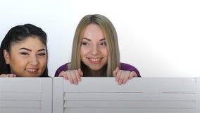 3 девушки смотрят вне от за складывая экрана видеоматериал