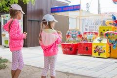 2 девушки смотрят с интересом на торговых автоматах детей Стоковое фото RF