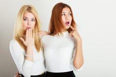 2 девушки смотря вокруг Стоковое фото RF