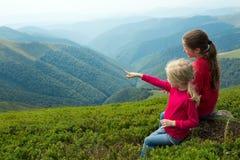 2 девушки смотря горы Стоковое Изображение RF