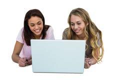 2 девушки смотря компьтер-книжку Стоковая Фотография