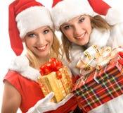 2 девушки смотря настоящий момент волшебства рождества Стоковое Фото