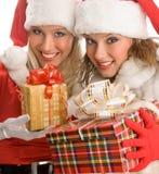 2 девушки смотря настоящий момент волшебства рождества Стоковые Фотографии RF