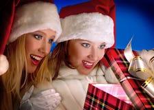 2 девушки смотря настоящий момент волшебства рождества Стоковая Фотография RF