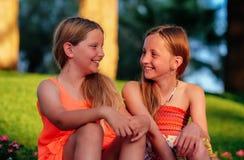2 девушки смотря один другого Стоковое фото RF