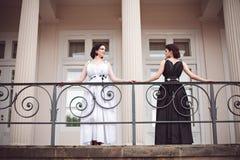 2 девушки смотря друг к другу Стоковые Изображения