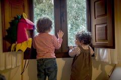 2 девушки смотря ход окно, ждать Санта Стоковое Изображение RF